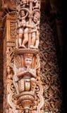 O ser humano cinzelado do estilo madeira indiana figura a coluna Foto de Stock