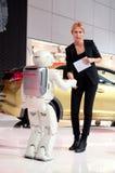 O ser humano e o robô estão agitando as mãos Fotos de Stock Royalty Free