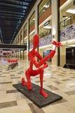 O ser humano vermelho gosta da estrutura que propõe com flor Imagem de Stock Royalty Free