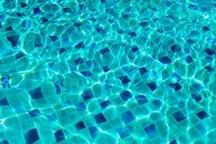 O serface da água acena na piscina com reflexões da luz solar Fotografia de Stock