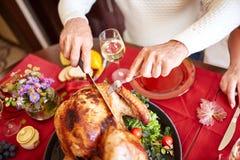 O serviço do ancião do close-up roasted o peru em um fundo da tabela Comensal da ação de graças Conceito festivo tradicional do a Imagens de Stock