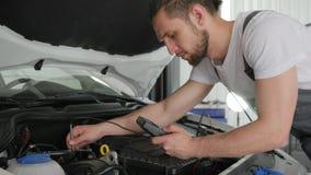 O serviço do mecânico inspeciona o automóvel atual do fluxo video estoque