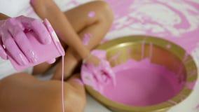 O sgirl da mulher da ioga derrama a pintura cor-de-rosa dos copos em um assento branco da lona filme