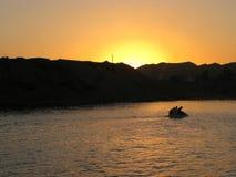 O Sharm el Sheikh, Egito, o 27 de novembro de 2017, quatro homens egípcios está navegando em um barco caseiro fotografia de stock royalty free