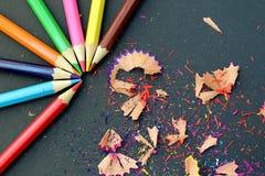 O sharp colorido dos lápis apontou a mentira em uma tabela com desperdícios fotos de stock