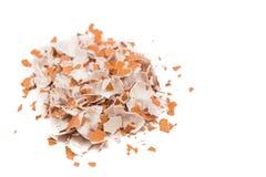 O shell de ovo esmagado no fundo branco nivelou à esquerda Imagens de Stock Royalty Free