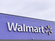O Signage da fachada do Superstore de Walmart imagem de stock royalty free