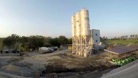 O silo de mistura concreto, as facilidades da construção do local para a irrigação do rio e a elevação hidro-elétrica da represa  video estoque