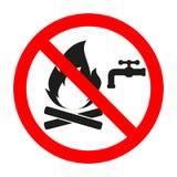 O sinal é proibido extinguir o fogo com água em um círculo cruzado vermelho da saída ilustração royalty free