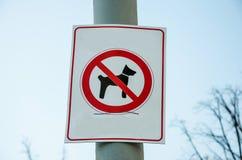 O sinal 'passeio do cão é proibido 'na coluna imagem de stock royalty free