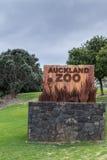 O sinal bem-vindo do jardim zoológico de Auckland nas molas ocidentais estaciona Fotos de Stock