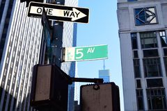 5o sinal da avenida fotografia de stock
