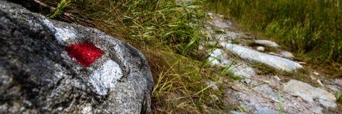O sinal da fuga de caminhada marca pintado em uma rocha Calha principal do trajeto Forest National Park boêmio bonito Bandeira Tr fotos de stock