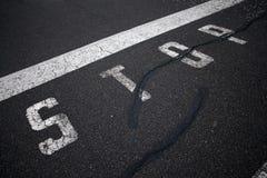O sinal da PARADA na pista de decolagem Imagens de Stock Royalty Free