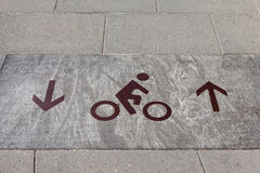 O sinal da rota da bicicleta marcado na rua fotos de stock royalty free