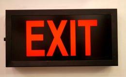 O sinal da saída, operou eletricamente o armário de incandescência em um lugar público imagem de stock