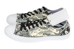 O sinal da venda feito do papel que promove grandes discontos modela as sapatilhas do soldado Foto de Stock