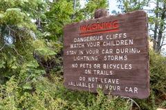 O sinal de aviso afixado em Bryce Canyon National Park informa turistas de condições perigosas nas fugas fotos de stock royalty free