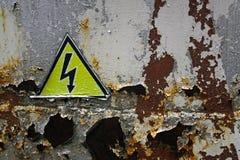 O sinal de aviso de alta tensão Fotografia de Stock Royalty Free