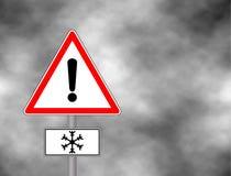 O sinal de aviso do inverno mostra o perigo do gelo e da neve na rua, na estrada ou na estrada Risco do sinal de aviso da neve de Foto de Stock Royalty Free