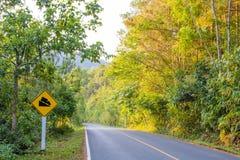 O sinal de aviso na estrada para é cuidadoso fotografia de stock