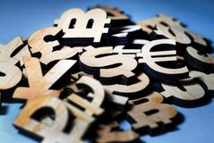 O sinal de dólar encontra-se entre outras moedas do mundo, o sinal principal fotos de stock