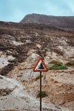 O sinal de estrada de advertência, tem cuidado com rochas de queda fotografia de stock royalty free