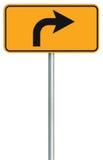 O sinal de estrada direito da rota da volta adiante, amarela o signage isolado do tráfego da borda da estrada, este ponteiro do s Imagens de Stock