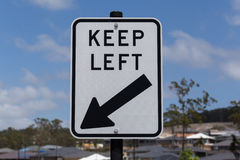 O sinal de estrada, mantem-se à esquerda fotografia de stock