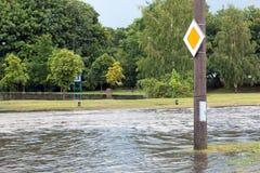 O sinal de estrada submergiu na água da inundação em Gdansk, Polônia Fotografia de Stock