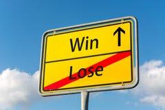 O sinal de rua amarelo com a vitória que sae adiante perde atrás Imagens de Stock Royalty Free