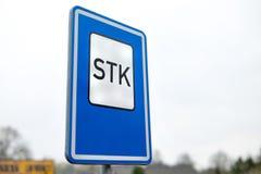 O sinal de tráfego na frente de STK Stanice Technicke Kontroly em checo - estação técnica da inspeção em inglês foto de stock