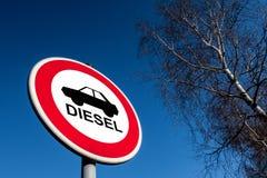 O sinal de tráfego que proibe para usar carros diesel imagem de stock royalty free