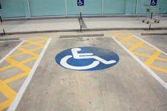 O sinal desabilitou, detalhe de um sinal em um estacionamento Foto de Stock Royalty Free