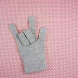 O sinal do amor que mostra pela luva cinzenta feita malha Fotografia de Stock Royalty Free