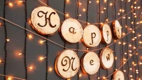 O sinal do ano novo feliz no preto ilumina o fundo video estoque