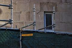 O sinal do cuidado estende para fora da cerca na passagem da cidade em Chicago do centro fotografia de stock