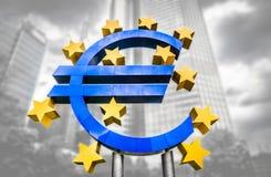 O sinal do Euro no Banco Central Europeu sedia em Francoforte, Alemanha Imagens de Stock