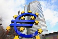 O sinal do Euro no Banco Central Europeu sedia em Francoforte, Alemanha Fotos de Stock Royalty Free