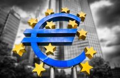 O sinal do Euro no Banco Central Europeu sedia em Francoforte, Alemanha Fotos de Stock
