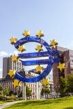 O sinal do Euro no Banco Central Europeu sedia em Francoforte - am - cano principal Fotografia de Stock