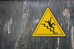O sinal do perigo de escadas de queda desliza cuidado de advertência no mármore imagem de stock
