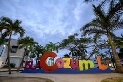 O sinal do selfie de Cozumel no crepúsculo no quadrado principal da ilha foto de stock