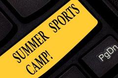 O sinal do texto que mostra esportes do verão acampa Foto conceptual que fornece facilidades para o teclado comer e de artesanato fotos de stock