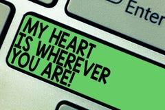 O sinal do texto que mostra meu coração é onde quer que você é Foto conceptual que expressa o teclado roanalysistic dos sentiment foto de stock royalty free