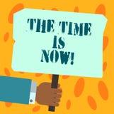 O sinal do texto que mostra o tempo é agora Foto conceptual que incentiva alguém começar fazer hoje não amanhã a terra arrendada  imagens de stock