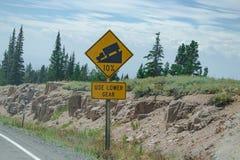 O sinal do tráfego alerta a inclinação em declive Foto de Stock