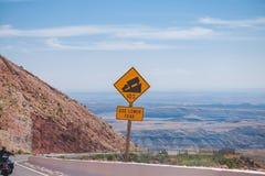 O sinal do tráfego alerta a inclinação em declive Fotografia de Stock