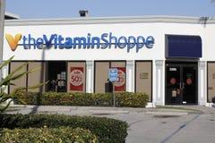O sinal e a montra da loja da vitamina Fotografia de Stock