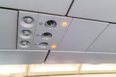 O sinal e o cinto de segurança não fumadores assinam no avião fotos de stock